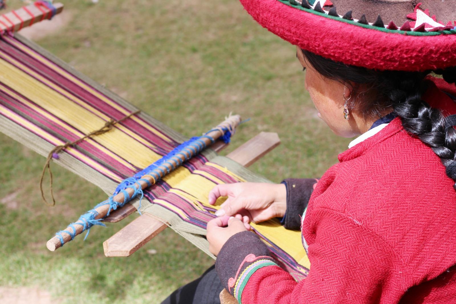 weaving-alpaca-peru