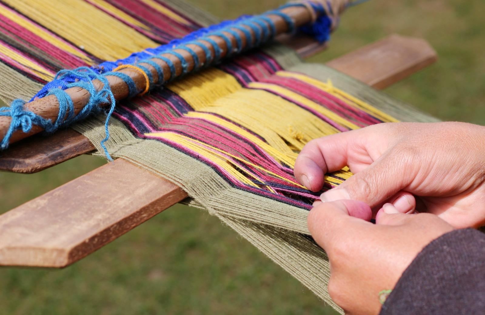 weaving-alpaca-wool-peru