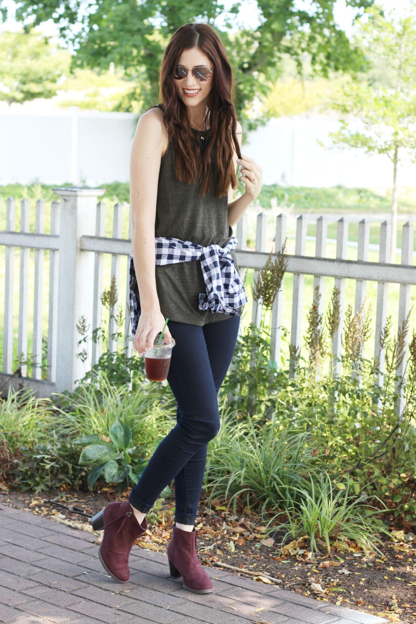 Fall outfit inspiration | shirt tied around the waist